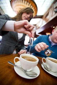 Cuántas calorías en una taza de café con leche y azúcar | LIVESTRONG.COM en Español