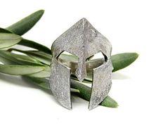 Le Spartiate est casque dans un anneau en argent massif ou en bronze. Le casque est environ 3cm de haut et la largeur dépend de la taille de l'anneau. Vous porterez fièrement le symbole de la force des guerriers Spartiates sur votre doigt ! Une bague unique pour les hommes et les femmes