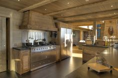Kitchen in a chalet Cabin Interiors, Rustic Interiors, Chalet Design, House Design, Chalet Interior, Photo Deco, Timber House, Log Cabin Homes, Rustic Kitchen