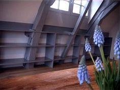 Boekenkast rondom balken door Wallwork interieurontwerp en inbouwkasten