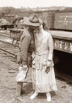 Una mujer besa a su novio al despedirse cuando él va a luchar en la I Primera Guerra Mundial. No se sabe si regresó o no a casa. La fotografía fue tomada el 4 de agosto de 1914, el día en que Gran Bretaña declaró la guerra a Alemania.