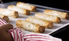Estes crepes de cogumelos e alheira de peru são feitos com massa filo, o que os torna especialmente estaladiços. A maçã ralada dá-lhes frescura. Crepes, Peru, Sausage, Dairy, Meals, Cake Pop, Meal Recipes, Classic Desserts, Juices