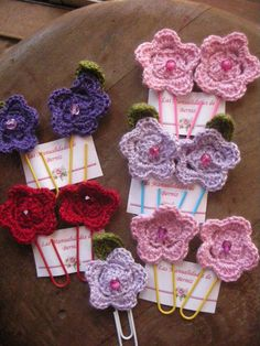 Clips con aplicaciones a crochet.