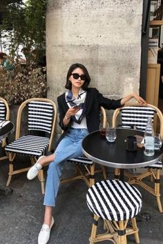 French Girl Style Guide Dress Like A Parisian, Parisian Chic Style, French Women Style, French Girls, French Classic Style, Classic Style Women, Classic Chic, Italian Style, Estilo Preppy Chic