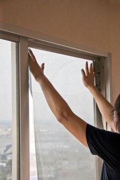 Fólie na oknách ochránia proti slnečným lúčom,. Window Privacy, Window Screens, Power Bill, Broken Window, Window Films, Inside Home, Ultra Violet, Windows, Household