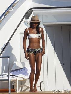 Se hayden panettiere i bikini pa lyxyacht