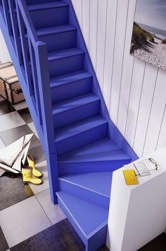 Un escalier de couleur vive