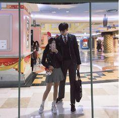 """Các nàng chân ngắn đừng có lo, ai cũng tìm được """"soái ca"""" cho mình thôi ấy mà! Korean Boys Ulzzang, Cute Korean Girl, Ulzzang Couple, Ulzzang Girl, Asian Girl, Tall Boy Short Girl, Tall Boys, Short Girls, Korean Couple"""