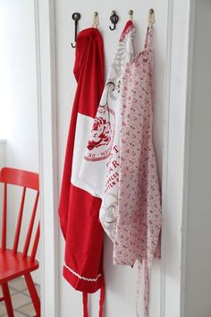 Red and white aprons hung in the kitchen White Cottage, Cottage Style, Farm Cottage, Cottage Living, Country Living, Red Country Kitchens, White Kitchens, Aprons Vintage, Red Kitchen
