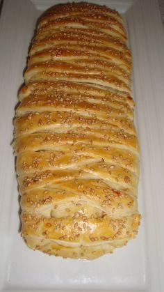 1 pate feuilletée 1 boite de thon 1 gros oignon émincé 1 càs de persil frais haché ou de coriandre sel , poivre une poignée de fromage rapé quelques olives couper en rondelle Décor: 1 jaune d'oeuf graine de sésame de chez Samia Béchamel express: 15 cl...