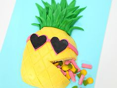 """How cute is this cake? <a href=""""http://cake.style/2016/03/29/pineapple-cake/"""" target=""""_blank"""" rel=""""nofollow"""">http://cake.style/2016/03/29/pineapple-cake/</a>"""