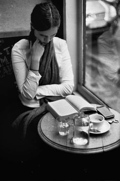 A black and white film story by photographer Jamie Beck of Paris in the Fall… Eine Schwarz-Weiß-Filmgeschichte des Pariser Fotografen Jamie Beck im Herbst … Book And Coffee, Coffee Shop, Coffee Time, Good Books, Books To Read, Reading Books, How To Read People, Woman Reading, Reading People