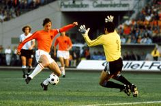 Johan Cruyff o müthiş formayla.. 74 Dünya Kupası Pure Football, Association Football, Soccer World, Could Play, Vintage Football, In This Moment, Soccer Stuff, Sports, Salvador