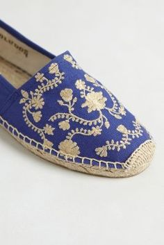 Anthropologie Floral Vines Espadrilles---I have a pair of their espadrilles in blue/cream stripes.I am going to try to find this style as well. Sock Shoes, Cute Shoes, Me Too Shoes, Shoe Boots, Shoes Sandals, Modelos Fashion, Look Boho, Toe Rings, Pumps
