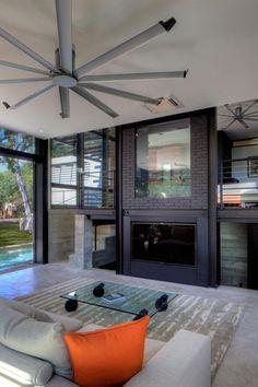 Wohnzimmer im Industrial Stil mit viel Armatur und Glas