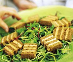 Läckra snittar som är vackra att se på och supergoda som tilltugg. Osten Taleggio härstammar från staden Val Taleggio i Italien. Den är rejält krämig och har en gräddig eftersmak. Prova Taleggiosnittar du med! Taleggio, Cocktails, Appetizers, Foods, Ska, Craft Cocktails, Food Food, Food Items, Appetizer