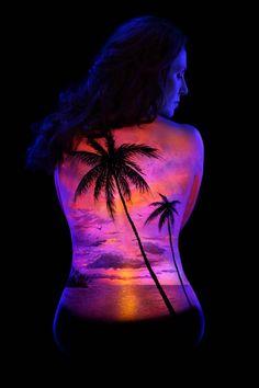Le Body Painting est l'art de réaliser des oeuvres créatives en utilisant le corps humain comme toile vivante. L'artiste américain John Poppleton a choisi de pratiquer son Art en utilisant des peintures fluorescentes, et de présenter les corps sous une lumière noire.