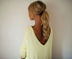 Voor deze staart heb je volume nodig aan de bovenkant van je haar! Doe dit door, na het wassen, een flinke dot mousse in (de bovenkant van) je haar te verdelen. Föhn je haar daarna terwijl je met je hoofd ondersteboven hangt. Is je haar droog en heb je nog niet genoeg volume, toupeer je haar dan hier en daar. Maak vervolgens een lage staart en trek voor het nonchalante effect wat plukjes uit de staart.