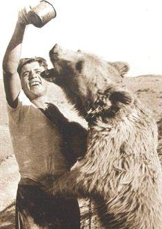 20 Images of Corporal Wojtek, the Polish Bear and Hero of WWII. Wojtek Bear, Poland Ww2, Italian Campaign, Ww2 History, War Photography, World War Two, Pet Birds, Old Photos, Wwii