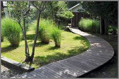 Garden Walkway Out Ideas With Pallet Boards 07 Garden paths serve primarily t. Garden Walkway Out Rustic Gardens, Outdoor Gardens, Ideas Terraza, Raised Garden Planters, Pallet Planters, Wooden Walkways, Wood Decks, Vertical Pallet Garden, Outdoor Landscaping