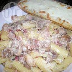 Foto recept: Penne met rookspek en champignons http://allrecipes.nl/recept/1194/penne-met-rookspek-en-champignons.aspx?o_is=LV