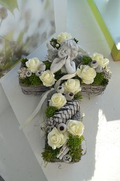 Grave arrangement, All Saints Day, memorial day cross, angel You are in the right place about funeral black Here we offer you the most beautiful pictures about the funeral party you are looking for. Grave Flowers, Cemetery Flowers, Funeral Flowers, Arrangements Funéraires, Funeral Arrangements, Arte Floral, Cemetery Decorations, Memorial Flowers, All Saints Day