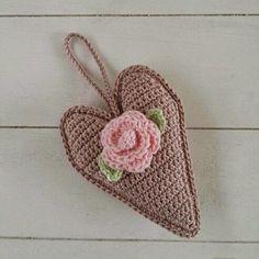 Haak by Daphne: Valentijnsdag Free Crochet Bag, Crochet Motif, Crochet Flowers, Crochet Hats, Crochet Embellishments, Crochet Humor, Funny Crochet, Crochet Decoration, Homemade Christmas Gifts