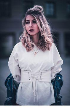 Haare Frisur Halftopknot bun Dutt korsett pullover leggins rot ysl tasche  fashion blog münchen