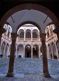Patio del castillo de La Calahorra