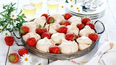 Jordbærmarengs - Oppskrift fra TINE Kjøkken Norwegian Food, Pudding Desserts, Fruit Salad, Camembert Cheese, Panna Cotta, Tin, Cheesecake, Ethnic Recipes, Cakes