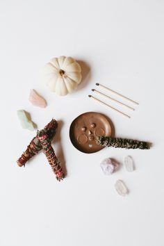 Diy Autumn Smudge Sticks - Learn How To Make Your Own Bohemian Air Fresheners With Dried Flowers Like: Lavender, Purple Sage and Sweetgrass. Rosemary, Cinnamon and Sage. Thyme and Cinnamon Sticks. Diy Craft Projects, Diy And Crafts, Craft Ideas, Ice Dyeing, Cricut, Fall Diy, Autumn Fall, Do It Yourself Crafts, Smudge Sticks