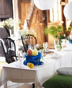 Las bolsas de plástico de IKEA van muy bien para meter el hielo y las flores salvajes dan un aire muy campestre a la mesa.