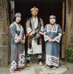 白老町のアイヌ民族博物館の職員。噴火湾沿岸地方の伝統衣装・ルウンペを着用する ◆アイヌ - Wikipedia http://ja.wikipedia.org/wiki/%E3%82%A2%E3%82%A4%E3%83%8C #Ainu #Aynu #アイヌ
