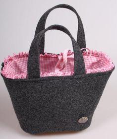... gibts eine neue Trachtentasche genäht aus anthrafarbenen Wollfilz.  Den Schnitt dazu hab ich mir selber gebastelt.    Verziert nur mit e...