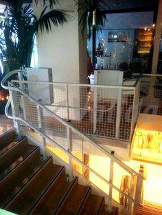 DÉCOR plataforma salvaescaleras instalada por Válida sin barreras. Vista de la plataforma salvaescaleras y la guía, adaptada a las diferentes curvas de la escalera. Terminación en S.
