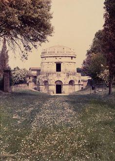 Luigi Ghirri, Ravenna, 1986. Deutsche Bank Collection. © The Estate of Luigi Ghirri