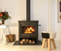 Baarschot - De Jacobus 12 die geplaatst is door Kachelplaats in #Baarschot heeft naast het afvoerkanaal in kleur van de #houtkachel ook een vloerplaat. Deze vloerplaat zorgt niet alleen voor een strak design, ook beschermd deze de vloer. De #Jacobus 12 is de grootste vrijstaande kachel uit de serie vrijstaande houtkachels van Jacobus. #Fireplace #Fireplaces Wood Burner Fireplace, Home Fireplace, Home Living Room, Living Spaces, Building A House, Sweet Home, New Homes, Home Appliances, House Styles