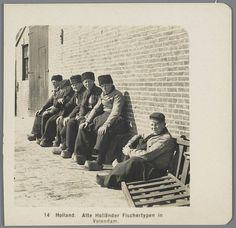 Zes mannen in Volendammer streekdracht. De man rechts draagt een pet, de overige mannen dragen een 'karpoets' (bontmuts). Deze foto is de helft van een stereofoto. 1905-1915 #NoordHolland #Volendam