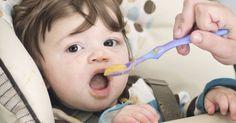 Aos 6 meses, o bebê já deve seguir uma rotina alimentar e experimentar outros sabores, além do leite materno. Confira uma sugestão de cardápio e receitas de papinhas.
