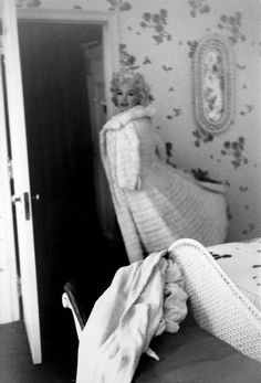 Marilyn leaving to attended the premiere of Tennessee Williams' playCat on a Hot Tin Roof.