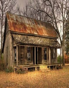 Abandoned country house with rusty tin roof.think how many stories this house could tell. Abandoned Buildings, Abandoned Farm Houses, Abandoned Property, Old Farm Houses, Abandoned Mansions, Old Buildings, Abandoned Places, Haunted Places, Old Cabins