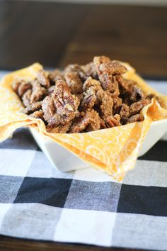 Praline Pecans - The perfect crunchy sweet and salty snack - Appetizers For A Crowd, Easy Appetizer Recipes, Best Dessert Recipes, Cupcake Recipes, Delicious Desserts, Praline Pecans, Pecan Pralines, Candied Pecans Recipe, Candied Nuts