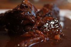 Rindergulasch kann man auch einmal anders zubereiten. Hier verrate ich Ihnen mein Geheimnis, wie Rindergulasch auch anders köstlich schmecken kann.