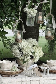 white flowers, greenery, seed in mason jars Wedding Ideias, Deco Champetre, Photo Deco, Decoration Christmas, Festa Party, Diy Party, Hanging Lanterns, Jar Lanterns, Hanging Jars