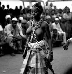 H 50 cm. B 50 cm. African Tribes, African Women, Kitsch, Beautiful Black Girl, African Beauty, Voodoo, Human Body, The Past, Black And White