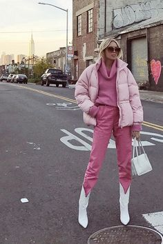 Winter is coming. To prepare for the cold, get layering inspiration from the chicest and coziest New York winter street style. New York Street Style, Look Street Style, Street Style Fashion, New York Style, New York Winter Outfit, Elegante Y Chic, New York Outfits, New Yorker Mode, Look Rose
