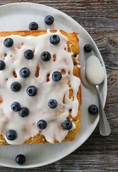 BLÅBÆRKAKE MED SITRONGLASUR | TRINES MATBLOGG Cereal, Breakfast, Recipes, Food, Breakfast Cafe, Rezepte, Essen, Recipe, Yemek