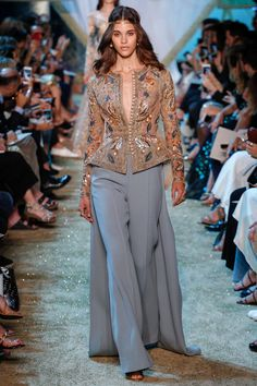 The complete Elie Saab Fall 2017 Couture fashion show now on Vogue Runway. Haute Couture Style, Couture Mode, Couture Fashion, Runway Fashion, High Fashion, Womens Fashion, Paris Fashion, Elie Saab Couture, Fashion Show Collection