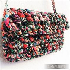 Bolso de trapillo estampado, todo un Chanel!   Santa Pazienzia Diy Crochet Bag, Crochet Clutch, Crochet Handbags, Crochet Purses, Love Crochet, Crochet Yarn, Crochet Stitches, Crochet Patterns, Yarn Projects