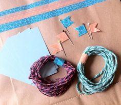 Estão lançadas as Colacorelinhas Boxes! <br> <br>Neste kit de embrulho para presente, irá pelo correio até você 5 sacolas craft decoradas com washi tape, 5 alfinetes para pregar o cartão decorados com fita, 5 cartões e dois tipos de barbante de algodão mesclados. Tudo idêntico à foto e super craft! <3